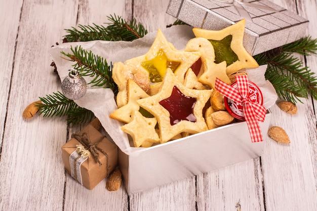 Boîte cadeau en argent avec des biscuits faits maison en forme d'étoile. carte de noël ou du nouvel an.