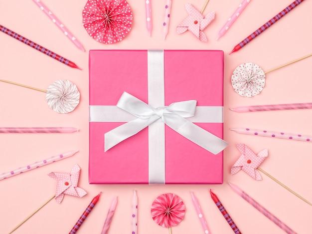 Boîte-cadeau avec des articles de fête sur fond coloré