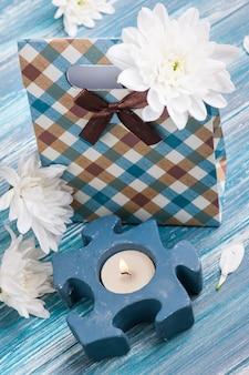 Boîte cadeau artisanale avec une bougie allumée