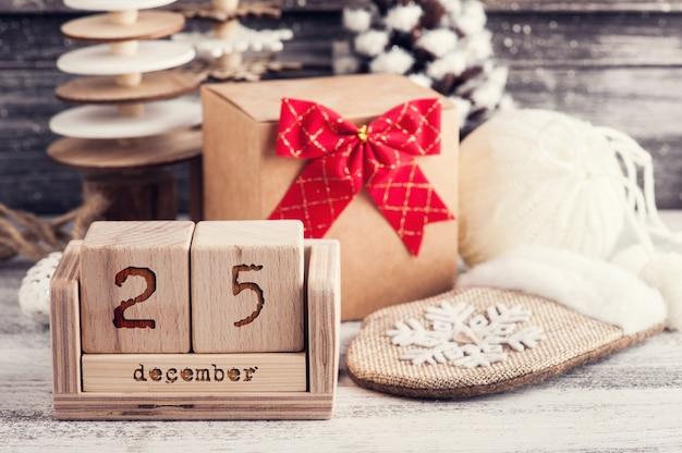 Boîte cadeau artisanale, noeud rouge, arbres de noël en bois