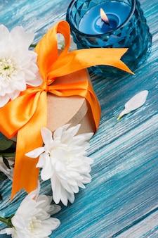 Boîte cadeau artisanale avec ruban orange