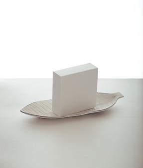 Boîte cadeau blanche, sac cadeau blanc. coffrets cadeaux vierges et sacs-cadeaux sur fond blanc avec une ombre.