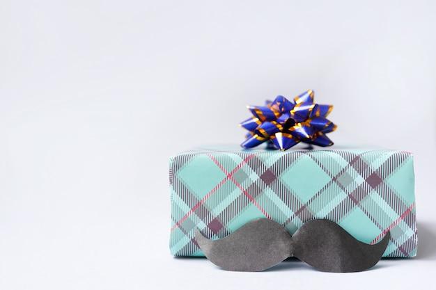 Boîte-cadeau de bonne fête des pères avec moustache sur table lumineuse
