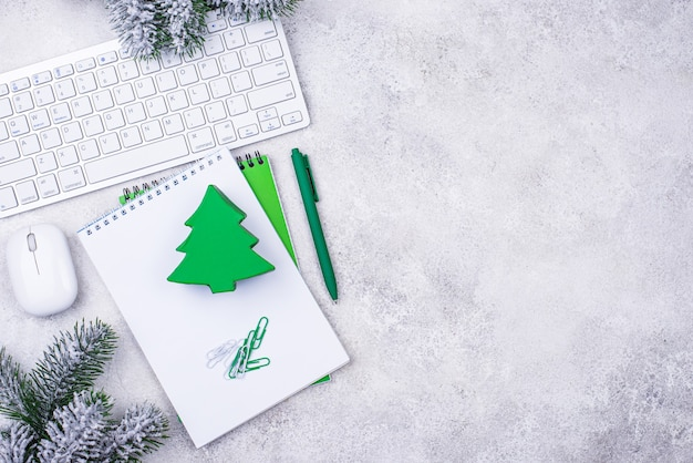 Boîte-cadeau sur un bureau avec clavier. secret santa dans le concept de bureau