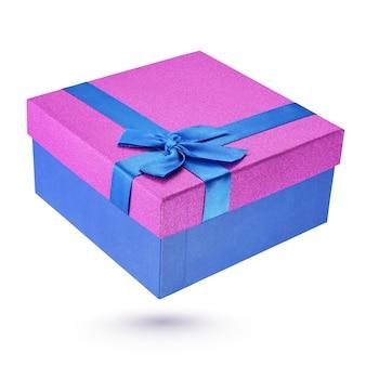 Boîte-cadeau en carton bleu et violet fermé isolé sur blanc avec un tracé de détourage