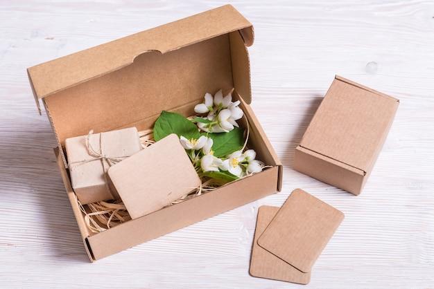 Boîte-cadeau en carton décoré sur table en bois