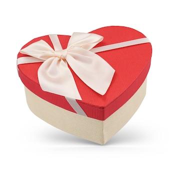Boîte-cadeau en carton en forme de coeur avec couvercle rouge isolé