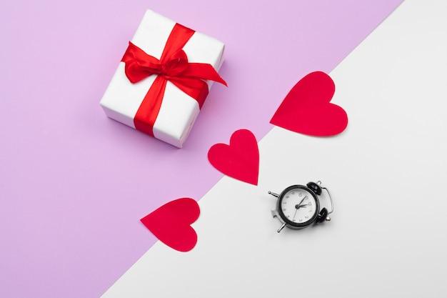 Boîte-cadeau et coeurs en papier avec espace de copie, composition pour la saint-valentin