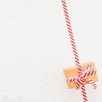 Boîte cadeau dans un emballage marron avec ruban