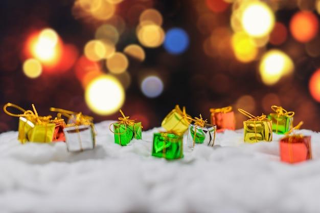 Boîte-cadeau avec décoration de noël sur la neige