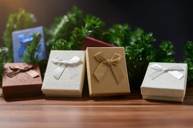Boîte-cadeau avec décoration de noël sur table en bois