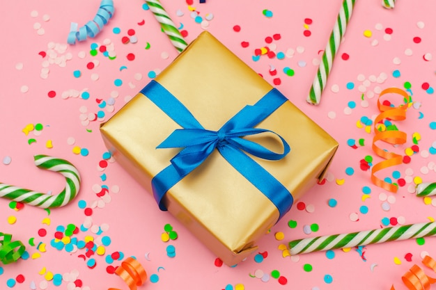 Boîte-cadeau avec divers confettis de fêtes, banderoles et décoration
