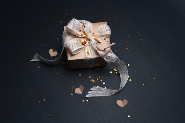 Boîte cadeau eco sur surface de couleur noire
