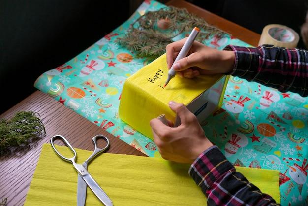 Boîte cadeau écrivant un vœu pour une nouvelle année