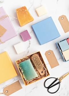 Boîte-cadeau d'emballage avec des savons en barre naturels faits à la main. mode de vie éthique et durable zéro déchet. bricolage, passe-temps, idée de petite entreprise artisanale. vue de dessus, maquette