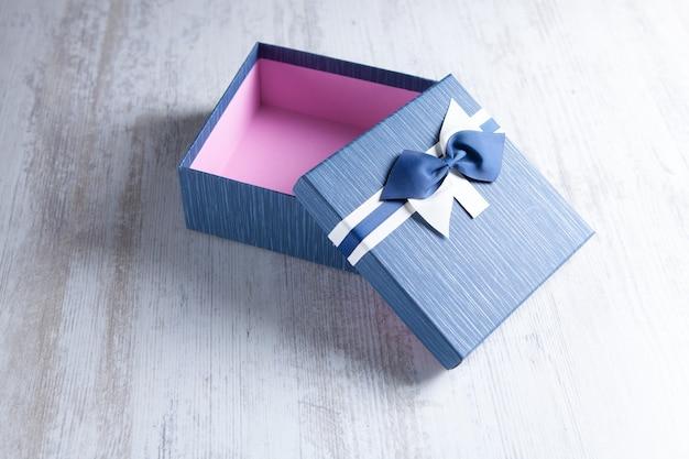 Boîte cadeau emballée dans du papier kraft et un noeud