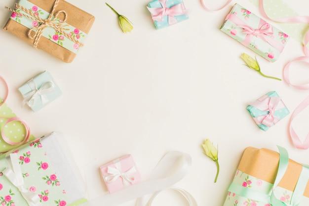 Boîte cadeau enveloppé floral avec fleur jaune et ruban sur fond blanc