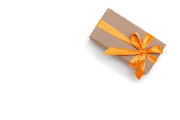 Boîte-cadeau sur l'espace de copie de fond blanc