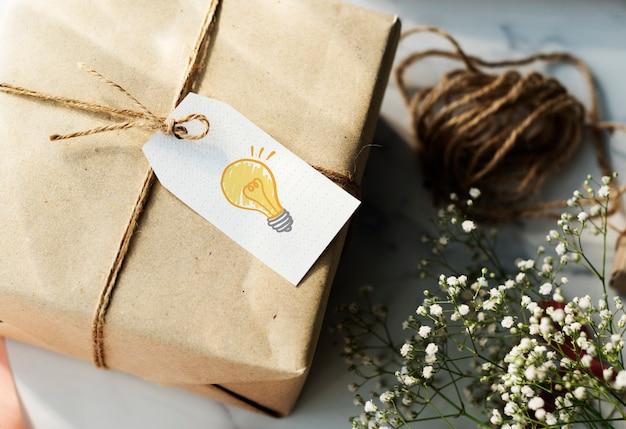 Boite cadeau avec une étiquette d'ampoule