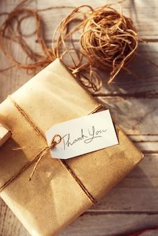 Boîte cadeau avec étiquette