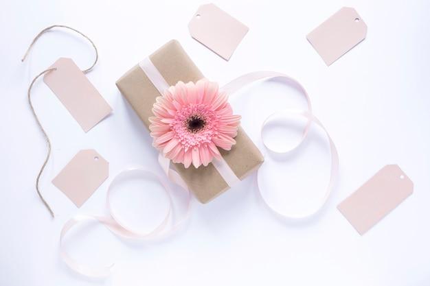 Boîte-cadeau avec des étiquettes pour la fête des mères