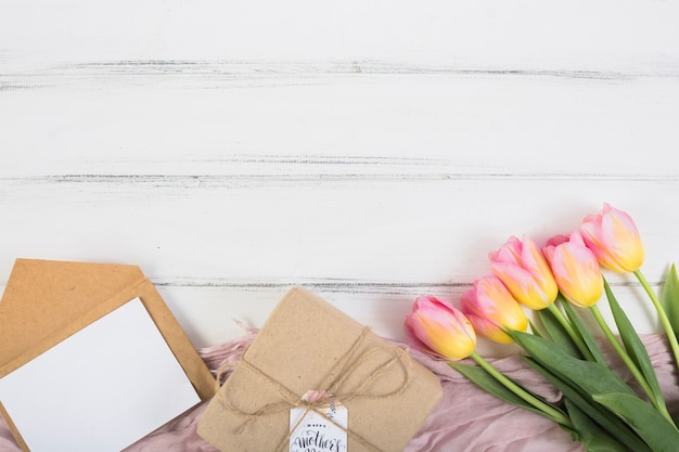 Boîte cadeau fête des mères avec lettre et fleurs