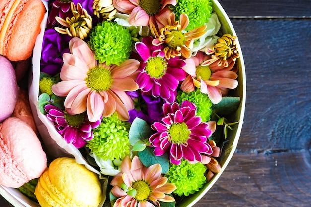 Boîte-cadeau avec des fleurs et des bonbons