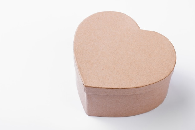 Boîte cadeau en forme de coeur beige. coffret isolé. surprise dans une boîte cadeau faite à la main. joyeuse saint valentin.