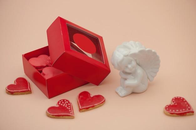 Boîte-cadeau en forme de coeur rouge de biscuits et ange le jour de la saint-valentin