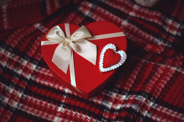 Boîte cadeau en forme de coeur rouge avec noeud blanc et ornement en forme de coeur en feutre