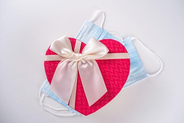 Boîte cadeau en forme de coeur saint valentin avec noeud de ruban rouge
