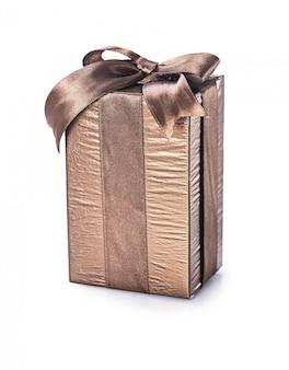 Boîte cadeau marron isolée