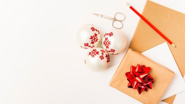 Boîte de cadeau de noël et boules de noël blanches