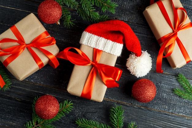 Boîte de cadeau de noël et branches d'arbres