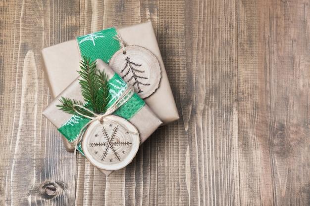 Boîte de cadeau de noël dans un style rustique avec un décor de tranches de bois.