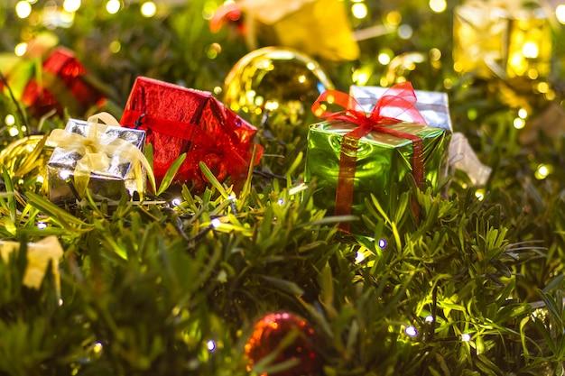 Boîte de cadeau de noël et décoration avec espace de texture de fond arbre