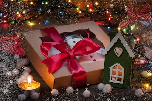 Boîte de cadeau de noël avec des décorations de noël