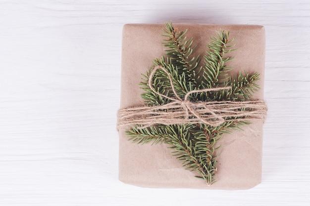 Boîte de cadeau de noël sur un fond en bois blanc