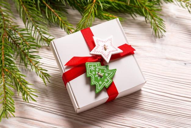 Boîte-cadeau de noël sur fond de bois