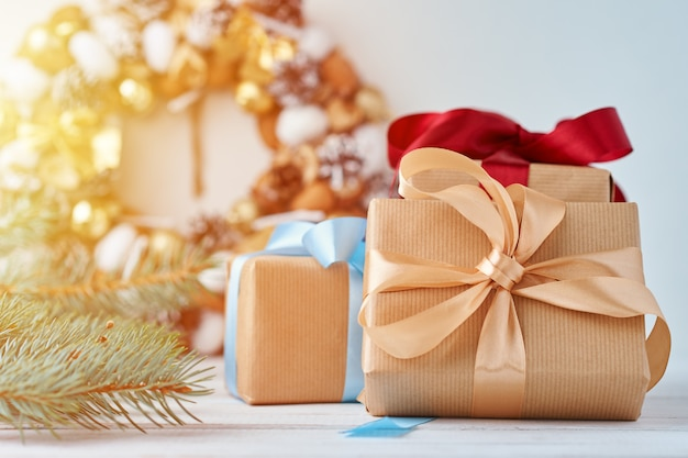 Boîte de cadeau de noël avec ruban et décorations de noël