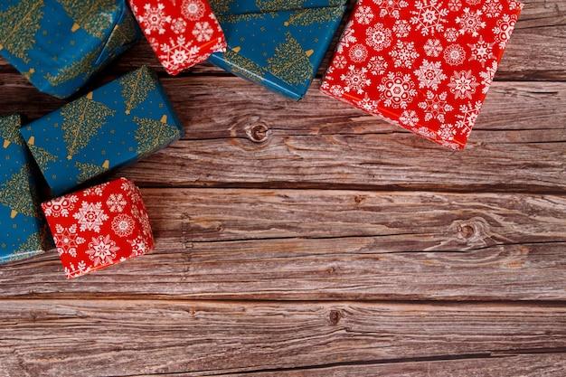 Boîte-cadeau de noël sur table en bois avec des ornements de noël, gros plan.