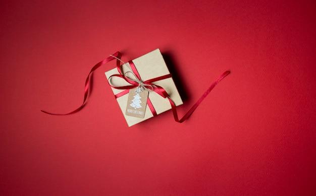 Boîte-cadeau de noël sur la table rouge, vue du dessus