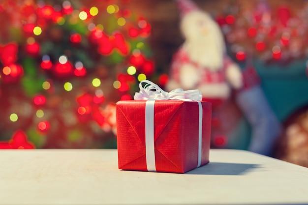 Boîte de cadeau de noël sur tablette