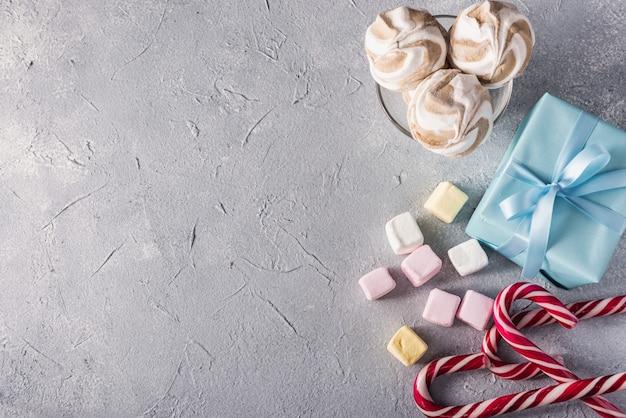 Boîte cadeau avec noeud bleu et bonbon