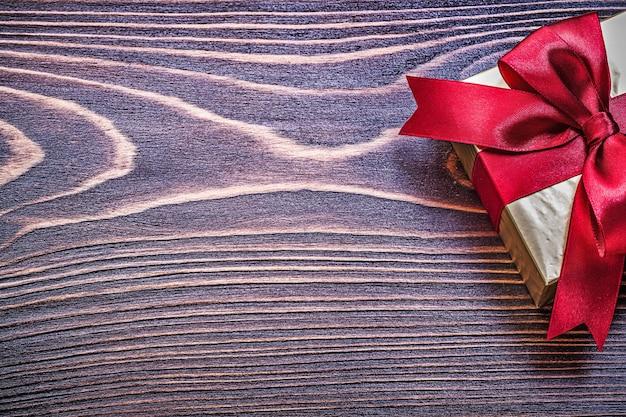 Boîte cadeau avec noeud rouge