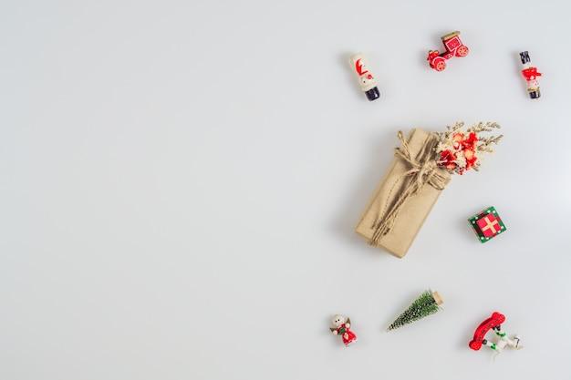 Boîte cadeau et ornements de noël