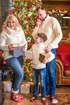 Boîte-cadeau d'ouverture de famille heureuse