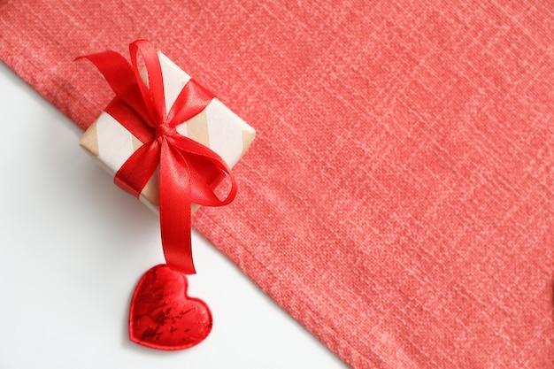 Boîte-cadeau pour la célébration de la saint-valentin sur table