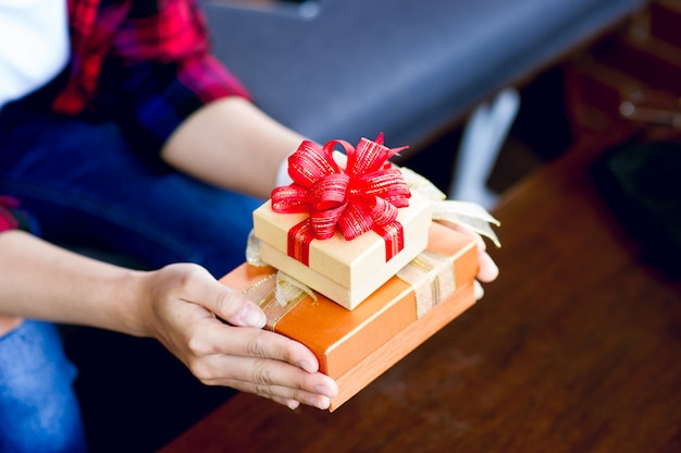 Une boîte-cadeau pour les filles avec chris smooth célèbre le nouvel an avec une copie de la zone de texte.