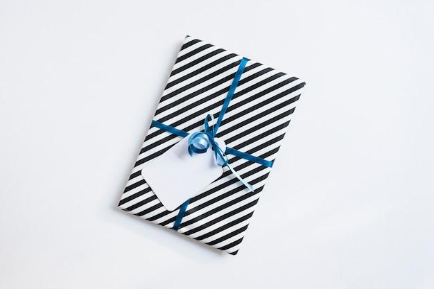 Boîte cadeau rayée vue de dessus